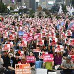 日本製品不買、週末ロウソク集会呼び掛け自制求める声も韓国・ソウルソウル市中心部の光化門広場で27日夜、日本の対韓輸出規制強化に反発して日本製品の不買運動を行う韓国市民ら数百人が集会を開き、ロウソクを手に「元徴用工問題で謝罪しろ」「経済報復を糾弾する」などと叫んだ